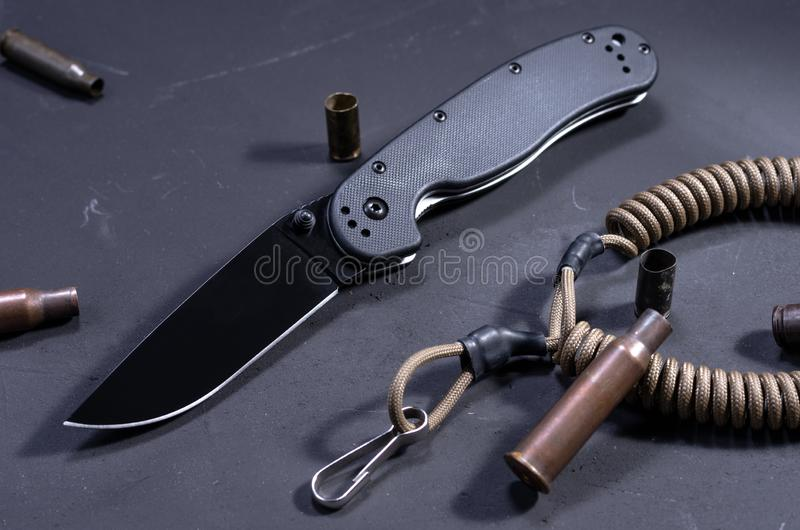 Pallottole, coltello e paracord Maniche automatiche Coltello e cartucce di esercito fotografie stock libere da diritti