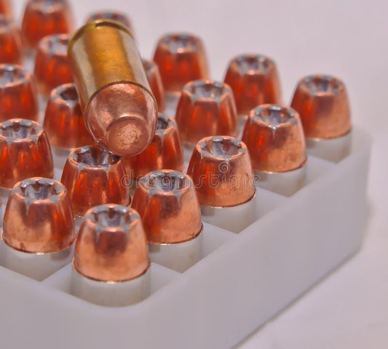 40 pallottole del punto della cavità di calibro in una custodia in plastica con un singolo rivestimento pieno del metallo una pal fotografia stock libera da diritti