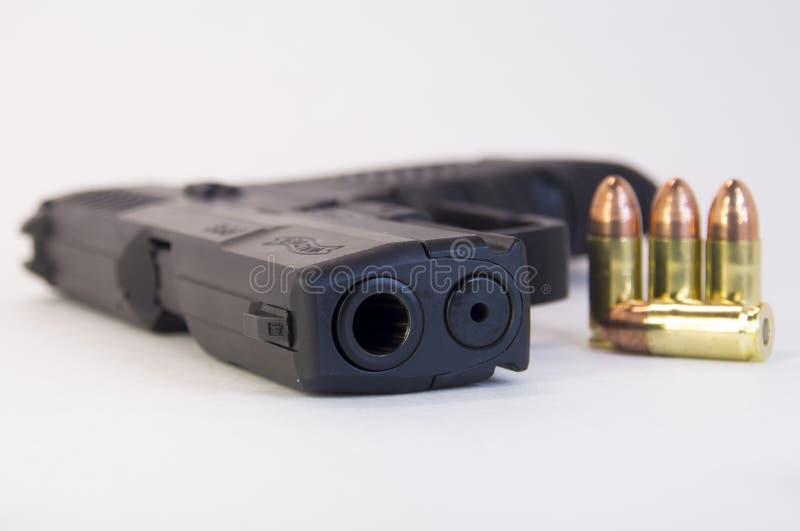pallottole della pistola di 9mm con una pistola fotografia stock libera da diritti