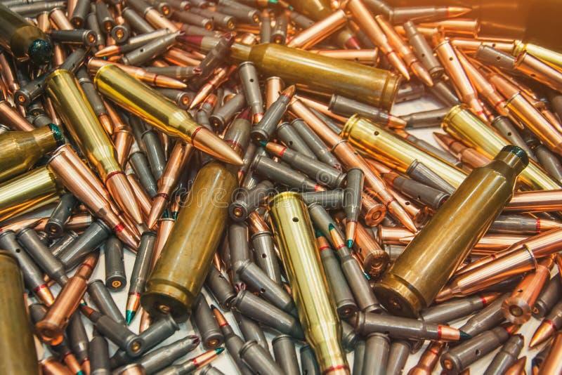Pallottole delle munizioni, fondo militare di guerra Struttura dei rifornimenti di esercito immagini stock