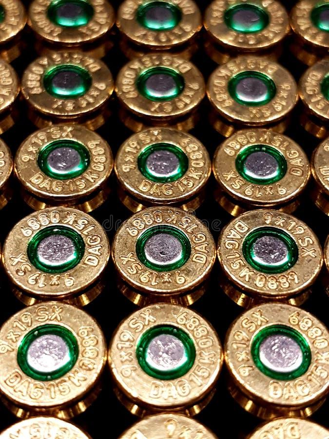 Pallottole piene del rivestimento del metallo in una scatola immagine stock