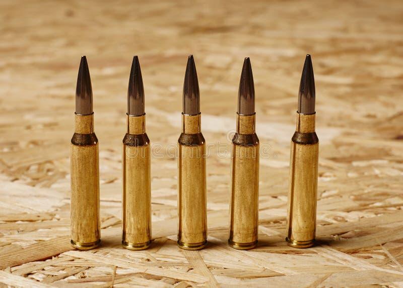 Pallottole su struttura di legno che sta su una fila immagini stock libere da diritti