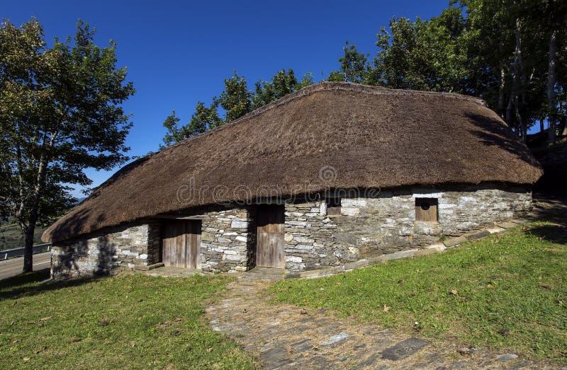 Palloza, ook als pallouza of pallaza wordt bekend, is een traditionele woning van Cebreiro, Galicië, Spanje dat royalty-vrije stock afbeelding