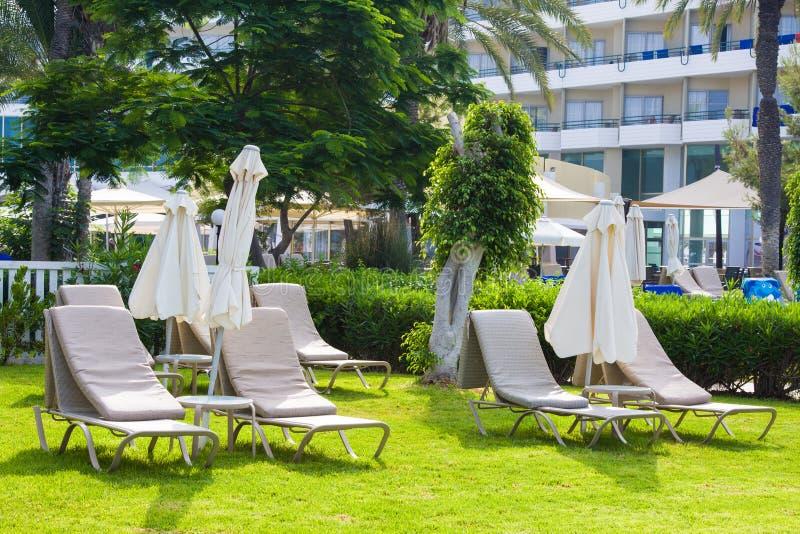 Palm Beach avec des lits pliants vides contre Constantinou Bros Athena Beach Hotel L'hôtel était entièrement au sujet de photos stock
