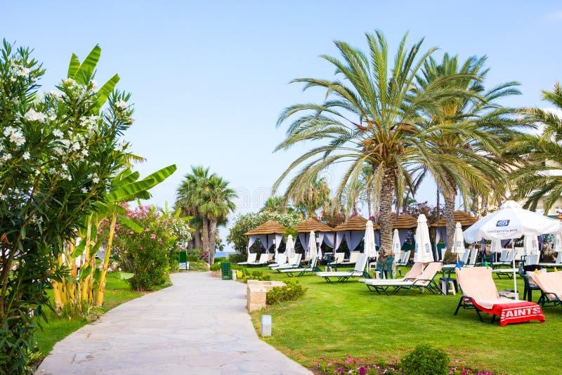 Palm Beach avec des lits pliants vides contre Constantinou Bros Athena Beach Hotel L'hôtel était entièrement au sujet de images stock