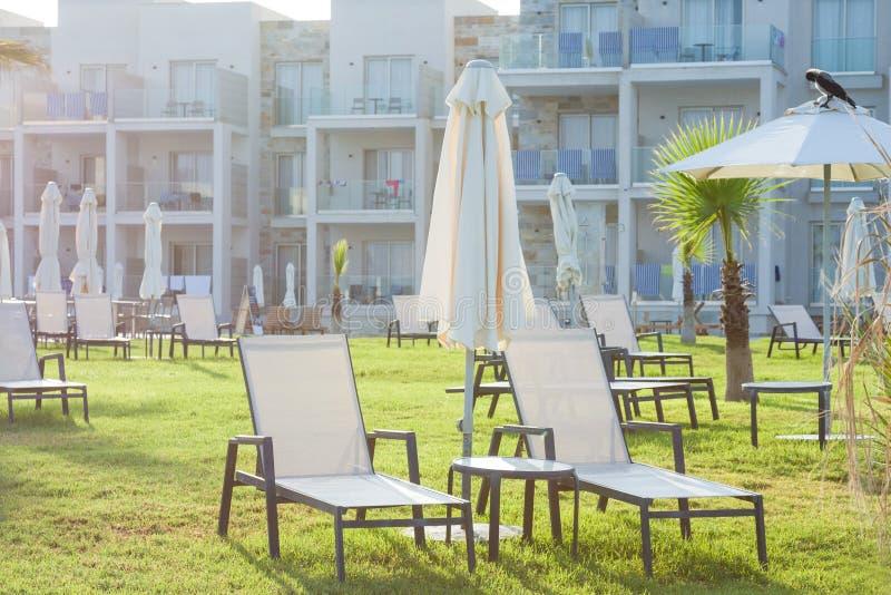 Palm Beach avec des lits pliants vides contre l'hôtel et le Suitel d'amphore Placez sur le locati du front de mer idyllique photos libres de droits