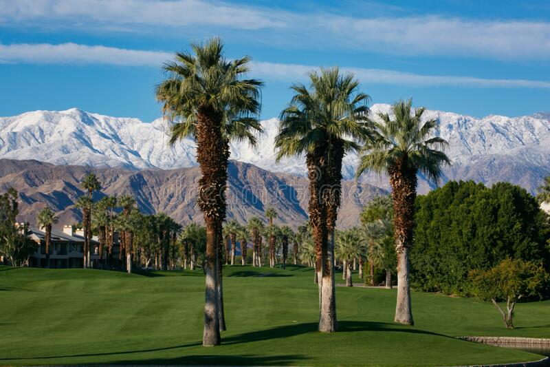 Palm Desert Desert Springs golfbana berg snötäckta Palm-träd arkivbilder