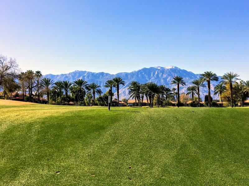 Palm Spri沙漠绿洲的背景中环绕着群山和棕榈树的par 4公园享有美丽的景色 免版税库存图片