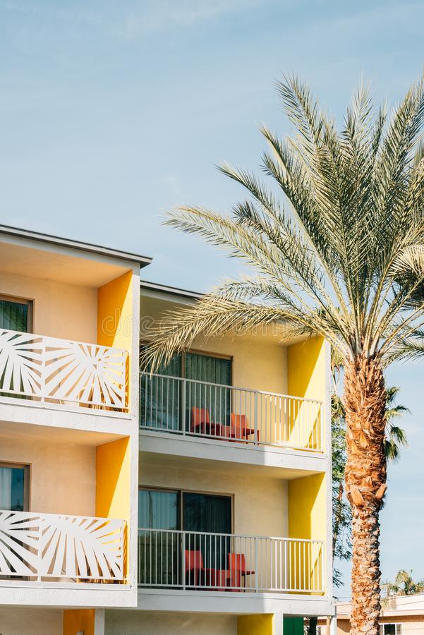 Free Palm Tree And Colorful Hotel With Balconies In Palm Springs, California Royalty Free Stock Photography - 147099447