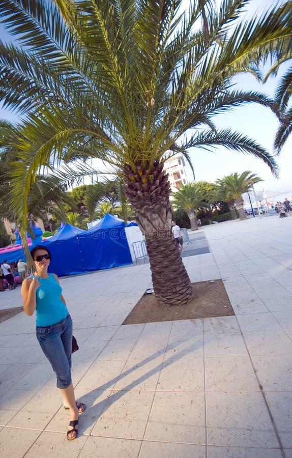 palm tree woman στοκ φωτογραφία με δικαίωμα ελεύθερης χρήσης