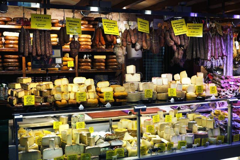 Palma Μαγιόρκα, Ισπανία - 20 Μαρτίου 2019: serrano και ιβηρικά πόδια ζαμπόν iberico, λουκάνικο, chorizo και τυρί στην επίδειξη γι στοκ εικόνα με δικαίωμα ελεύθερης χρήσης
