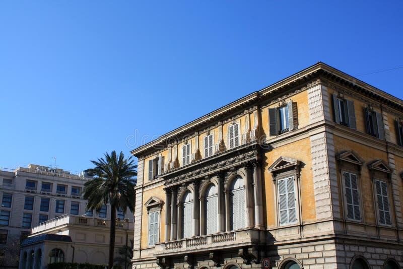 Palma con el edificio Italia rom Día asoleado foto de archivo