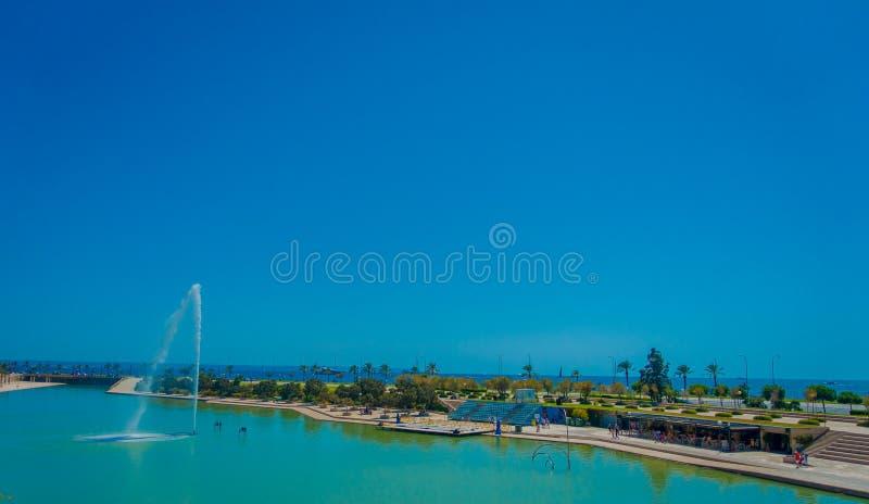 PALMA DE MAIORCA, ESPANHA - 18 DE AGOSTO DE 2017: Vista bonita de uma lagoa artificial com uma fonte no médio, perto de fotografia de stock royalty free