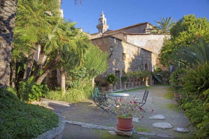 PALMA DE MALLORCA, ESPAÑA - 27 DE ENERO DE 2019: El pequeño patio externo medieval de los arabes de Banos de la catedral fotos de archivo