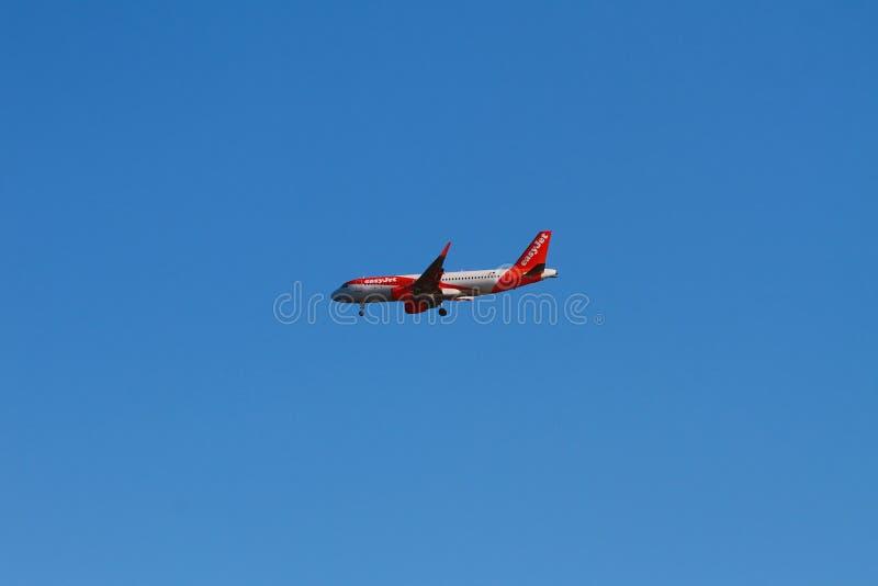 Palma de Mallorca, España - 2 de octubre de 2018: Avión de la compañía de líneas aéreas de EasyJet al aterrizar foto de archivo libre de regalías