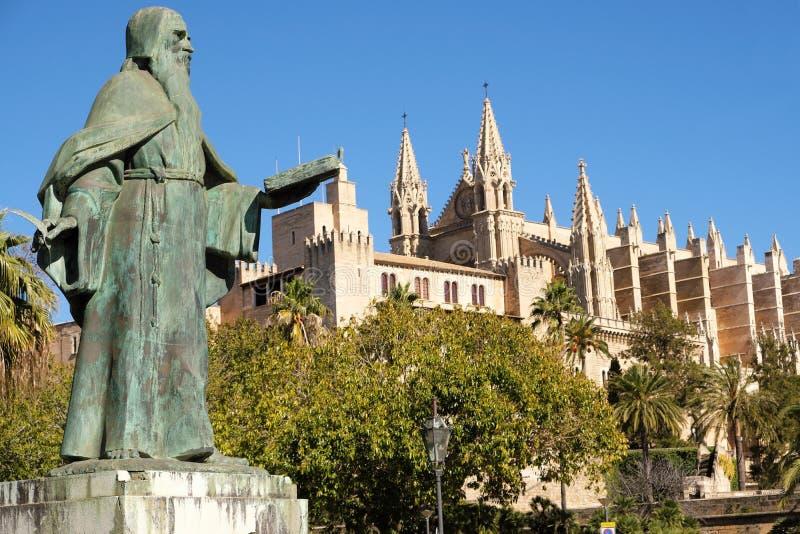 Palma de Mallorca, Espanha - 25 de março de 2019: vista lateral da catedral gótico famosa Santa Maria La Seu, o palácio dos reis fotos de stock royalty free
