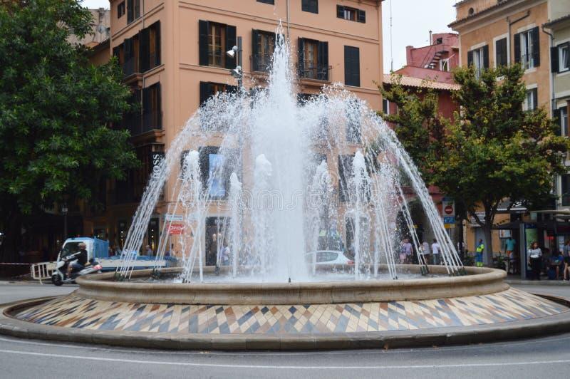 Palma de Mallorca, Mallorca, Espanha 10 de outubro de 2018, Plaza de La Reina com uma fonte e umas fachadas coloridas das constru fotografia de stock royalty free