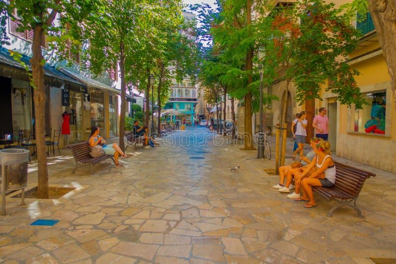 PALMA DE MALLORCA HISZPANIA, SIERPIEŃ, - 18 2017: Niezidentyfikowani ludzie siedzi w społeczeństwa krzesłach podczas gdy inny tur fotografia stock