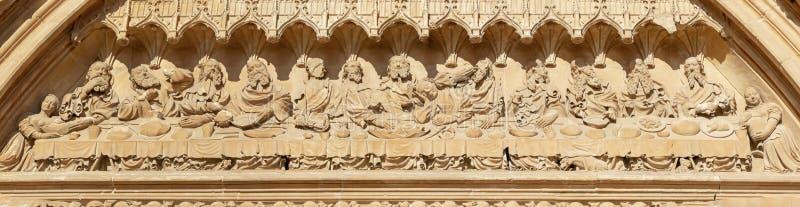 PALMA DE MALLORCA SPANIEN - JANUARI 30, 2019: Stenlättnaden av den sista kvällsmålet i den södra portalen av domkyrkaLa Seu vid f royaltyfria foton