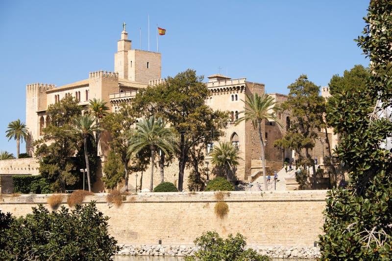 Palma de Mallorca Spanien - mars 24, 2019: sidosikt av Royal Palace Almudaina royaltyfri bild