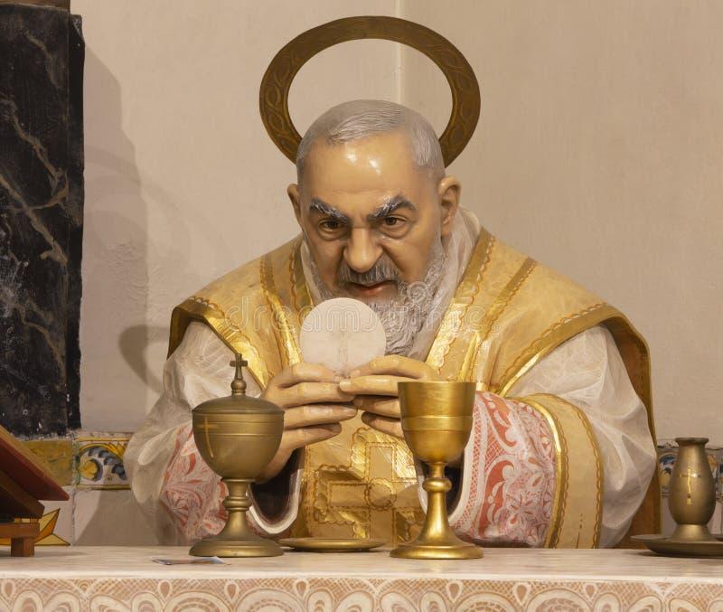 PALMA DE MALLORCA, SPANJE, 2019: Het gesneden polychrome standbeeld van Aalmoezenier Pio van Pietrelcina bij de massa in de Capuc stock foto