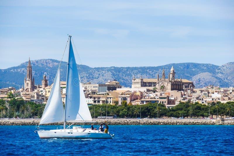 Palma de Mallorca, Spanje Mening van het overzees met boath op heet stock afbeelding