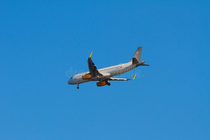 Palma-de-Mallorca, Spanje - 02 Oct, 2018: Vliegtuig van Vueling Airlines-bedrijf wanneer het landen stock foto's