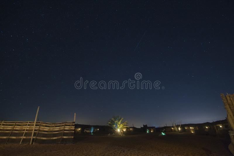Palma del cielo notturno alla notte in sabbie di Wahiba, Oman immagine stock libera da diritti