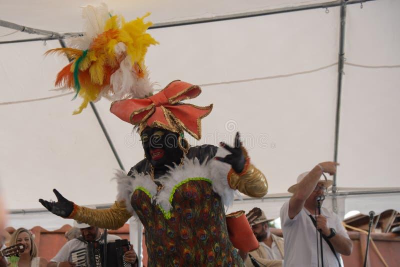 PALMA DEL LA DE SANTA CRUZ DE, ISLAS CANARIAS, ESPAÑA - 4 DE MARZO DE 2019: La Negra Tomasa Dance durante partido del carnaval de fotos de archivo