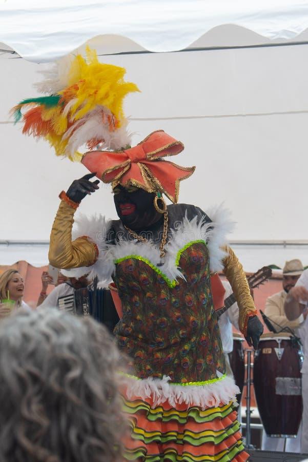 PALMA DEL LA DE SANTA CRUZ DE, ISLAS CANARIAS, ESPAÑA - 4 DE MARZO DE 2019: La Negra Tomasa Dance durante partido del carnaval de imagenes de archivo
