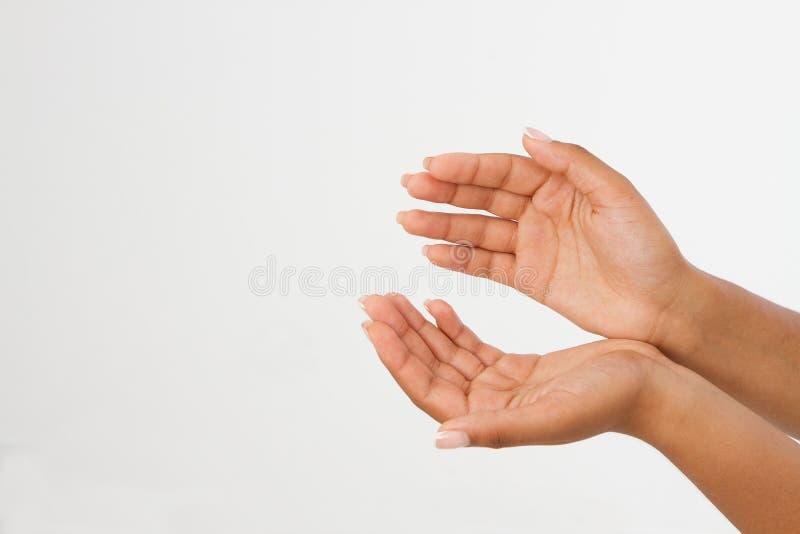 Palma della mano due del ` s della donna di colore su handbreadth isolato su un fondo bianco Front View Derisione su Copi lo spaz immagini stock