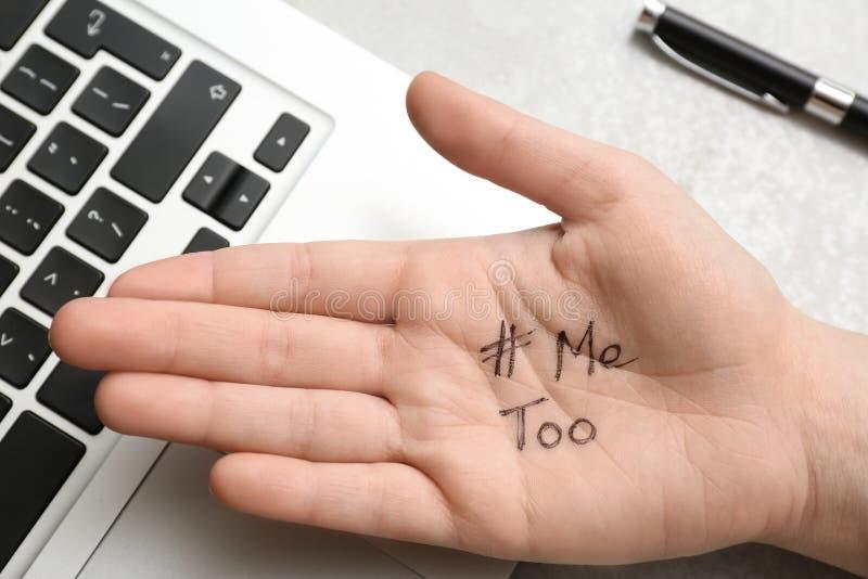Palma di rappresentazione della donna con hashtag METOO al computer portatile su fondo grigio Aggressione sessuale di arresto fotografie stock libere da diritti