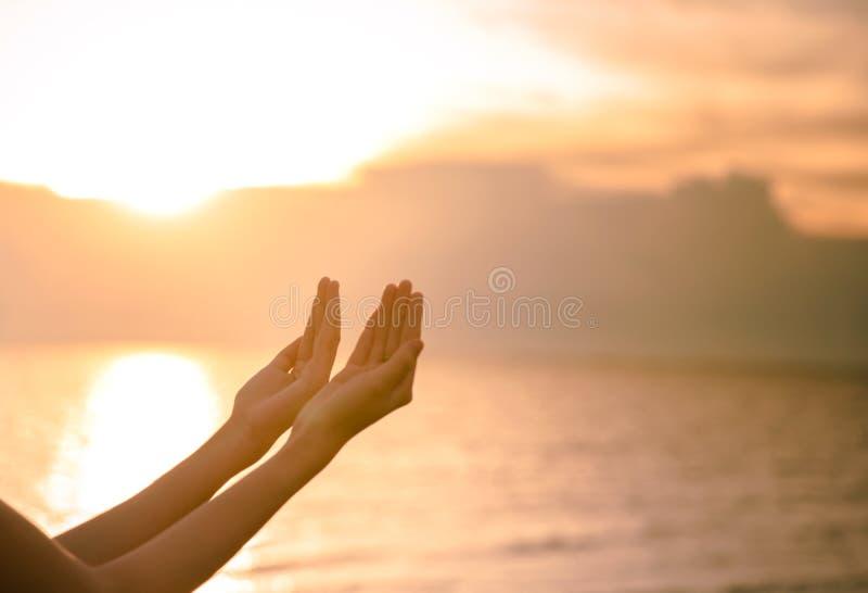 A palma humana entrega a ação como reza para adorar símbolo para a adoração à cristandade de Jesus christ imagens de stock royalty free