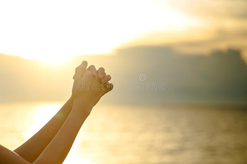 A palma humana entrega a ação como reza para adorar símbolo para a adoração à cristandade de Jesus christ imagens de stock