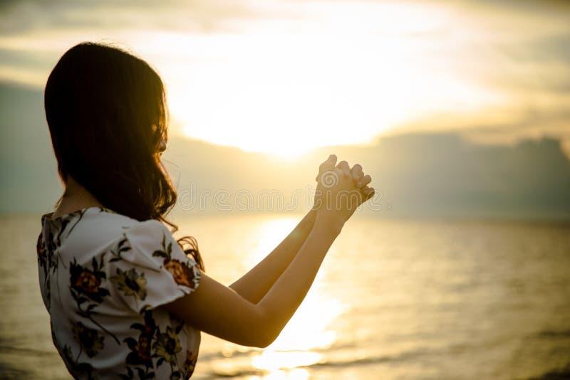 A palma humana entrega a ação como reza para adorar símbolo para a adoração à cristandade de Jesus christ fotografia de stock royalty free