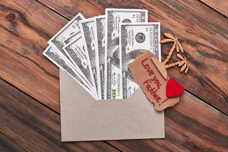 Palma i pieniądze w kopercie fotografia stock