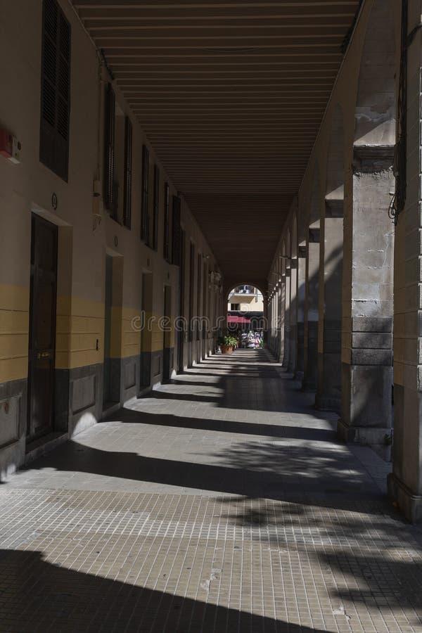 Palma Mallorca City e construções através do túnel dos arcos imagens de stock