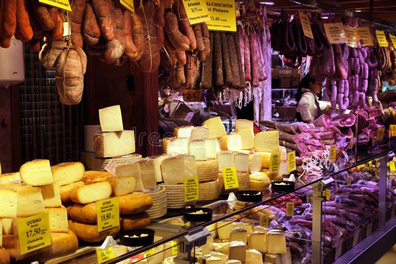 Palma Mallorca, Espanha - 20 de mar?o de 2019: serrano e p?s do presunto do iberico, salsicha, chouri?o e queijo ib?ricos na expo imagem de stock royalty free