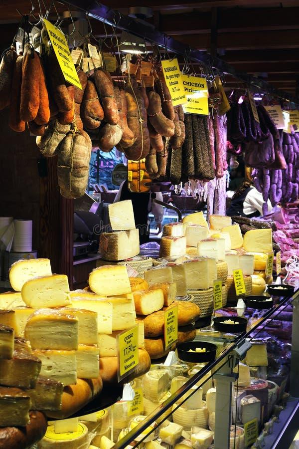 Palma Mallorca, Espanha - 20 de mar?o de 2019: serrano e p?s do presunto do iberico, salsicha, chouri?o e queijo ib?ricos na expo fotografia de stock royalty free