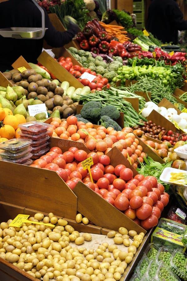 Palma Mallorca, Spagna - 20 marzo 2019: ortaggi freschi ed esposizione della frutta da vendere nella stalla dell'interno del merc immagini stock libere da diritti