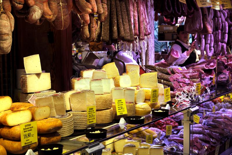 Palma Mallorca, Spagna - 20 marzo 2019: serrano e gambe del prosciutto di iberico, salsiccia, chorizo e formaggio iberici su espo fotografia stock libera da diritti