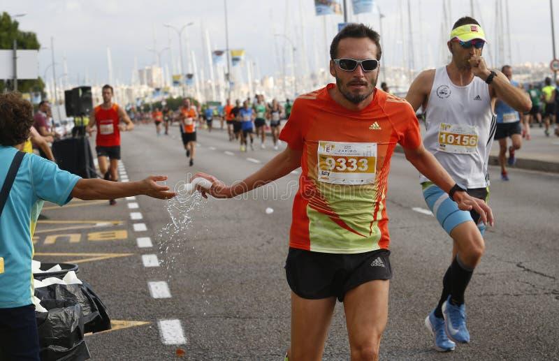 Palma Marathon-Läufer an Vorsorge treffendem Bereich des Wassers stockbilder