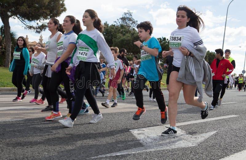 Palma przyrodniego maratonu młodzi biegacze podczas popularnej rasy obrazy royalty free