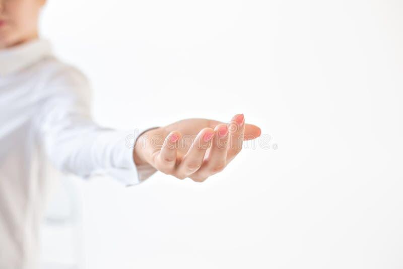 Palma ręka jest otwarta Szeroko rozpościerać żeńska ręka, kobiety palma na białym odosobnionym tle lub błagać, - ofiara zdjęcie royalty free