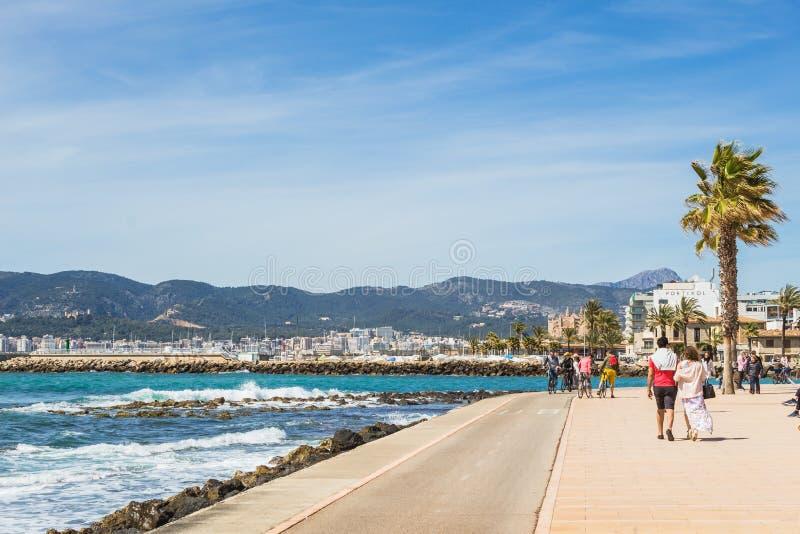 Palma Spain Seaside, pessoa que anda e que biking fotografia de stock