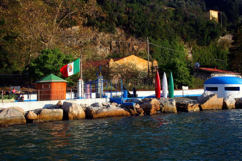 Palmaria wyspa: kąpania założenie z włoszczyzny flaga koją kołysa i bunkier fotografia royalty free