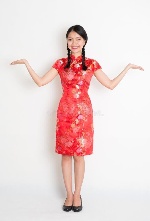 Palmas abiertas de la muchacha china asiática foto de archivo libre de regalías