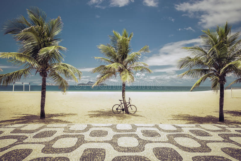 Palmas en la playa de Ipanema en Rio de Janeiro imagenes de archivo
