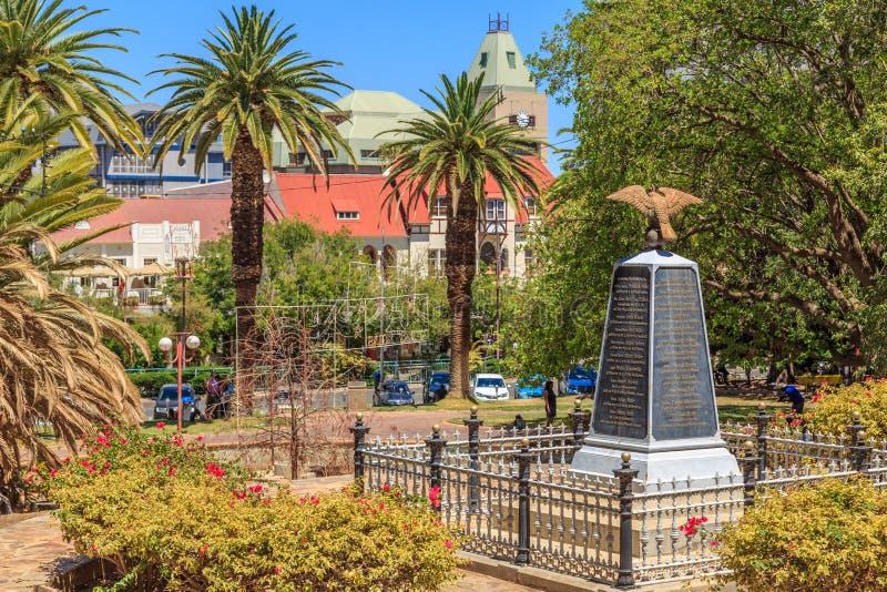 Palmas y monumento de guerra en el Central Park de Windhoek Namibia imagen de archivo libre de regalías