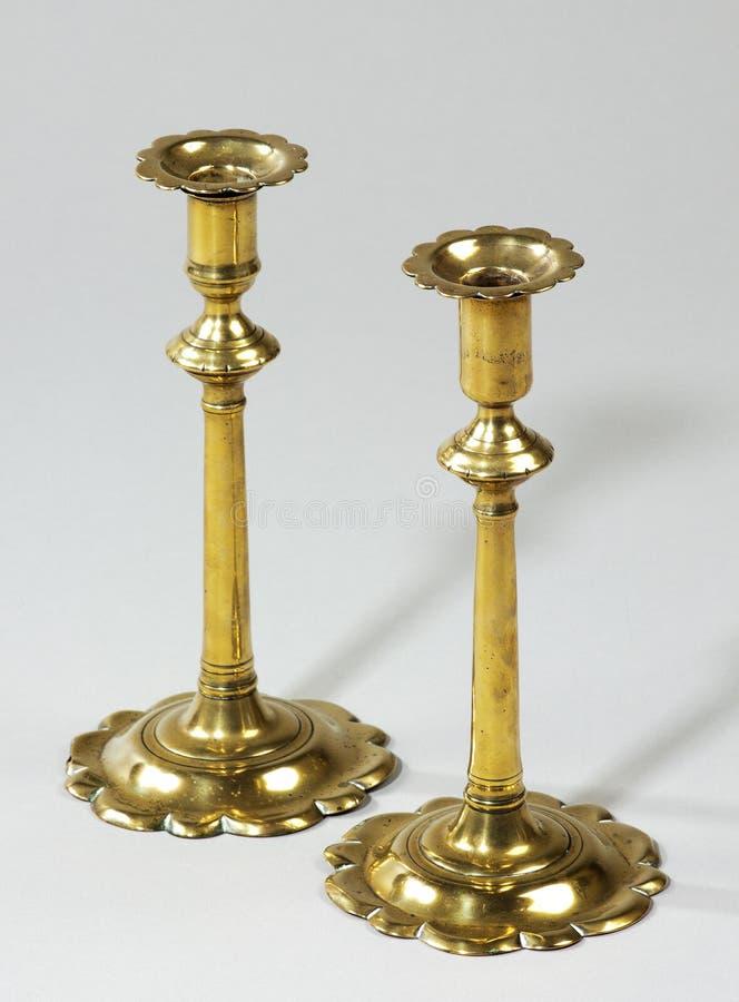 Palmatorias de cobre amarillo inglesas tempranas de los pares fotos de archivo
